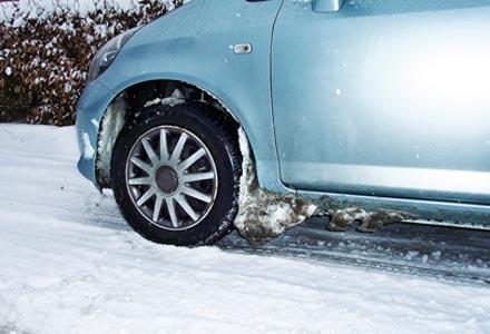снежные наросты в арках колес